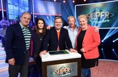 Prominente Kandidaten (am Panel v.l.n.r.): Hubertus Meyer-Burckhardt (Moderator), Anke Harnack (Moderatorin), Linda Zervakis (Tagesschau-Sprecherin), Ben Becker (Schauspieler), Team: Fernsehen)